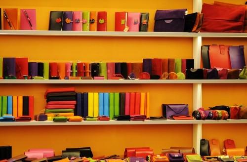 革製品が並べられた棚