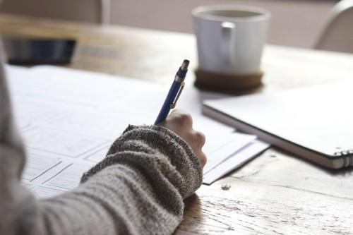 マグカップと書いている右手