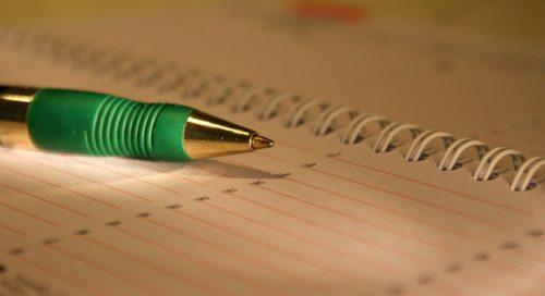 間接照明で照らされた緑のペン