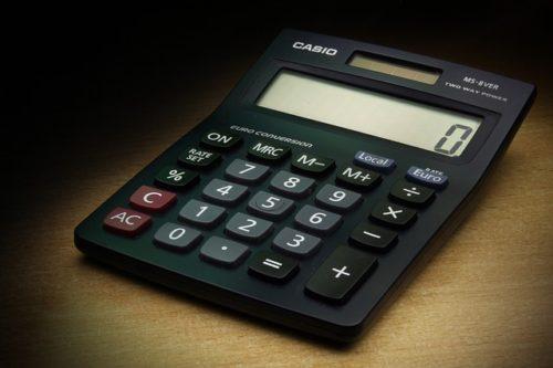 黒い電卓に表示されたゼロ
