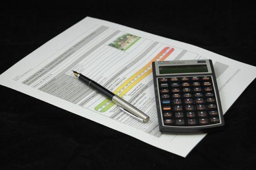 提出書類とペンと電卓