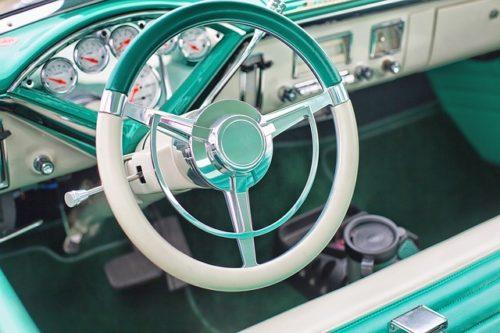 緑の車のハンドル