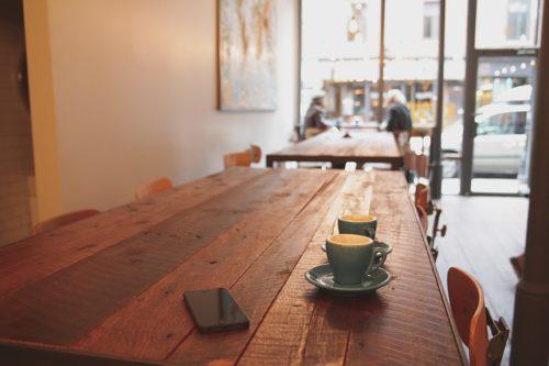 コーヒー2つとカフェテーブル