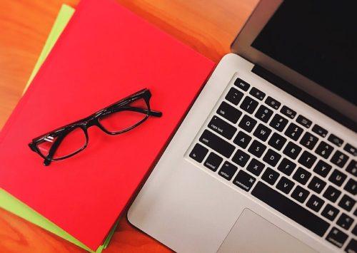 メガネと赤いノートとパソコン