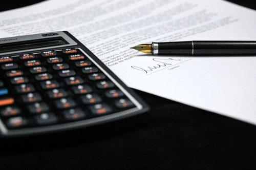 電卓と万年筆と税金の計算