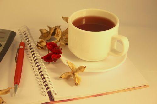 ノートの上に置かれた紅茶