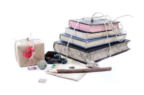 束ねられた本とペンと雑貨