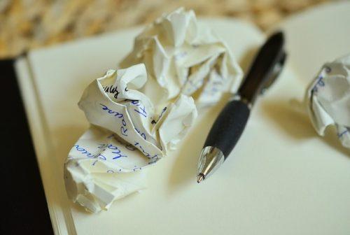 くしゃくしゃの紙とボールペン