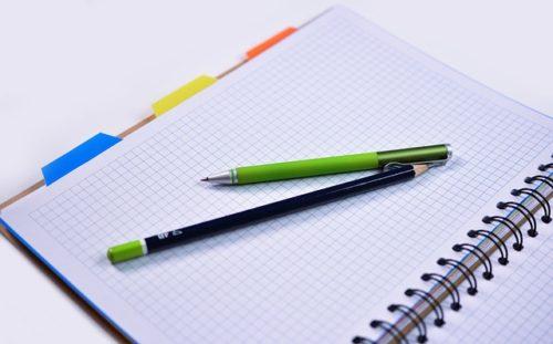 緑のペンと方眼紙ノート