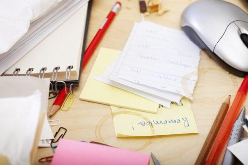 さまざまな道具が置かれた机の上