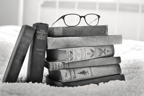 モノクロ写真のメガネと本