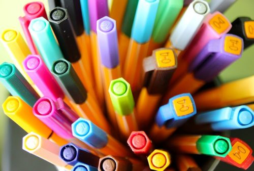 上から見た数多くのカラフルなペン