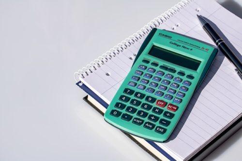 緑の電卓と白いノート
