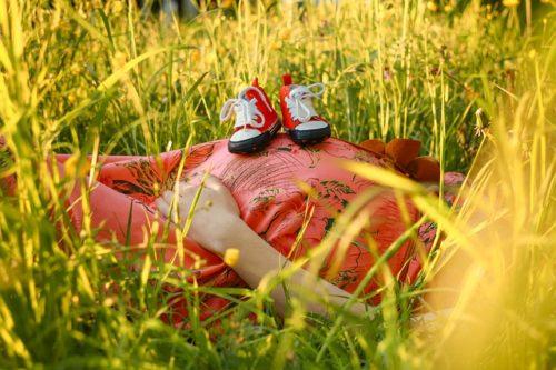 妊婦と花畑とシューズ