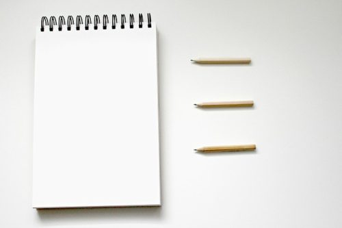 白紙のメモと鉛筆3本